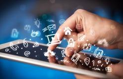 Indication par les doigts sur le PC de comprimé, concept social de media photo libre de droits