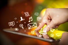 Indication par les doigts sur le PC de comprimé, concept social de media images stock
