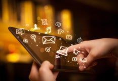 Indication par les doigts sur le PC de comprimé, concept social de media photographie stock