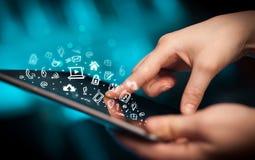 Indication par les doigts sur le PC de comprimé, concept social de media Image stock