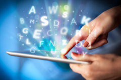 Indication par les doigts sur le PC de comprimé, concept de lettres Photographie stock libre de droits