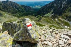 Indicatore con la direzione corretta sulla traccia di alta montagna sotto Kopro Immagine Stock Libera da Diritti
