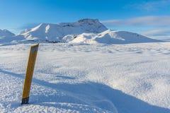 Indicatore del bordo della strada in neve Immagine Stock