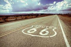 Indicatore della strada di Route 66 con la designazione d'annata immagine stock