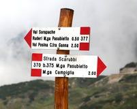 Indicatore della traccia con testo di posizione italiana in montagne fotografia stock