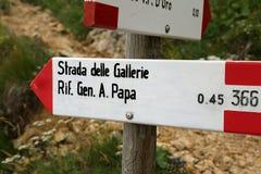 Indicatore della traccia con testo di posizione italiana in montagne immagine stock libera da diritti