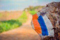 Indicatore della traccia di escursione (Israel Trail) dipinto su una pietra nell'area della campagna Immagini Stock Libere da Diritti