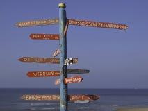 Indicatore di direzione variopinto sulla spiaggia fotografia stock libera da diritti