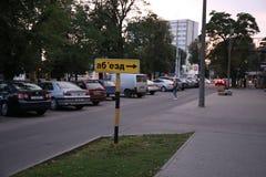 Indicatore di esclusione giallo nella città della Bielorussia immagini stock