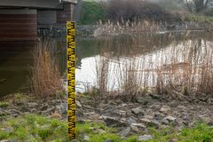 indicatore di livello accanto ad un fiume fotografia stock