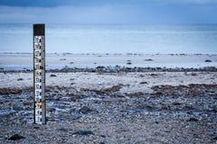 Indicatore di marea per misurare la profondità dell'alta marea Fotografia Stock