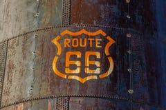 Indicatore di Route 66 su un serbatoio metallico fotografie stock libere da diritti