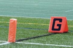 Indicatore e pilone della linea di fondo sul campo di football americano Immagini Stock Libere da Diritti