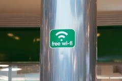 Indicatore libero di zona di wifi sul piatto verde nel primo piano del centro commerciale fotografie stock libere da diritti