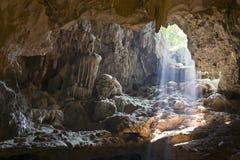 Indicatore luminoso attraverso le caverne Immagine Stock Libera da Diritti