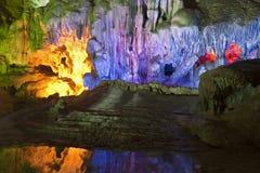 Indicatore luminoso attraverso le caverne Immagini Stock