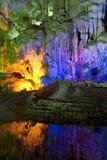 Indicatore luminoso attraverso le caverne Immagini Stock Libere da Diritti