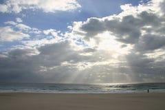 Indicatore luminoso attraverso le nubi Immagine Stock