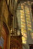 Indicatore luminoso dalla finestra degli stainglass sulla parete Fotografia Stock