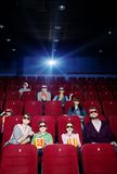 Indicatore luminoso del proiettore nel cinema fotografie stock libere da diritti