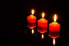 Indicatore luminoso della candela nello scuro Immagini Stock