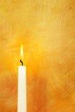 Indicatore luminoso della candela su oro Fotografie Stock Libere da Diritti