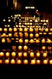 Indicatore luminoso della candela in una chiesa Fotografia Stock