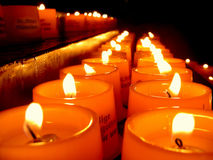 Indicatore luminoso della candela in una chiesa Fotografia Stock Libera da Diritti