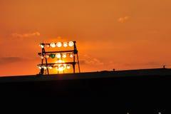 Indicatore luminoso dello stadio contro il cielo colorato fotografie stock libere da diritti