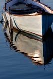 Indicatore luminoso di mattina su una barca grigia Fotografia Stock