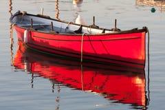 Indicatore luminoso di mattina su una barca rossa Immagine Stock
