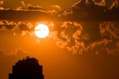 Indicatore luminoso di Sun attraverso le nubi Fotografia Stock