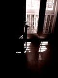 Indicatore luminoso di Sun dalla vecchia finestra Immagini Stock
