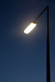 Indicatore luminoso di via al crepuscolo Fotografia Stock Libera da Diritti