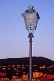 Indicatore luminoso di via con la vista della città Fotografie Stock