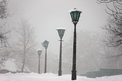 Indicatore luminoso di via sotto neve - scena sveglia di inverno Fotografia Stock