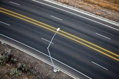 Indicatore luminoso di via sulla strada vuota fotografia stock libera da diritti