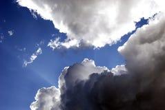 Indicatore luminoso e nubi Fotografia Stock
