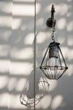 Indicatore luminoso elettrico dell'annata esterna con l'attaccatura dell'ombra Immagine Stock Libera da Diritti