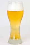 Indicatore luminoso, freddo, birra spumosa in vetro di birra di Pilsner   fotografia stock