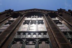 Indicatore luminoso luminoso riflesso fuori dalla chiesa Windows Immagine Stock