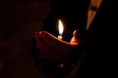 Indicatore luminoso in sua mano Fotografia Stock Libera da Diritti