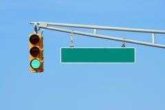 Indicatore luminoso verde del segnale stradale con il segno Fotografia Stock
