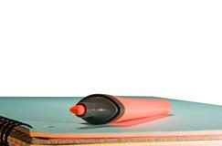Indicatore rosso sul blocchetto per appunti blu fotografia stock