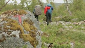Indicatore sul trekking nelle montagne norway video d archivio