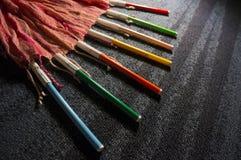 Indicatori colorati della penna che si irradiano da una sciarpa fotografia stock libera da diritti