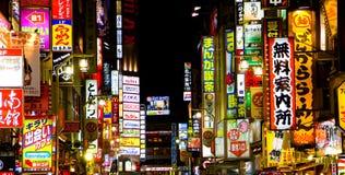 Indicatori luminosi al neon del distretto della luce rossa di Tokyo immagine stock libera da diritti