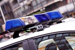 Indicatori luminosi blu e bianchi sul volante della polizia. Fotografia Stock