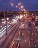 Indicatori luminosi commoventi dell'automobile di colore sulla strada principale di notte Fotografie Stock Libere da Diritti