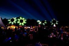 Indicatori luminosi del fiore sul festival di Faerieworlds del pendio di collina Fotografia Stock